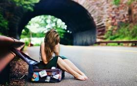 Картинка сидит, девушка, наклейки, чемодан, волосы, босиком, арка