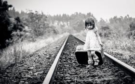 Картинка дорога, фото, рельсы, ребенок, девочка, железная, черно-белое