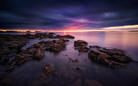 Обои море, небо, солнце, закат, камни, берег, вечер