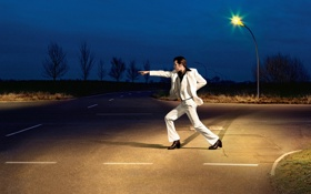 Обои дорога, ночь, танец, джон траволта, John Travolta