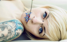 Картинка face, piercing, hair dyeing, blonde, tattoos, flowers, women