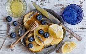 Обои ягоды, лимон, черника, нож, стаканы, лаванда, оладьи