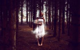 Обои лес, девушка, дым, руки, полумрак