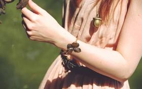 Обои бабочка, руки, кулон, браслет, желудь