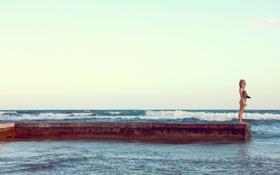 Картинка море, волны, купальник, небо, девушка, причал, блондинка