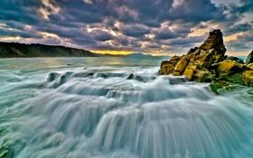 Картинка море, облака, скала, потоки