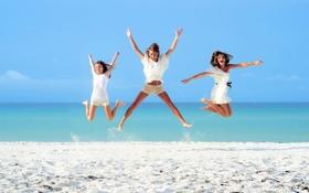 Картинка песок, море, пляж, солнце, девушки, прыжок, брюнетки