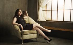 Картинка девушка, кресло, актриса, сидит, Kat Dennings, Кэт Деннингс