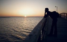 Обои море, солнце, восход, утро, пирс, мужчина, рюкзак