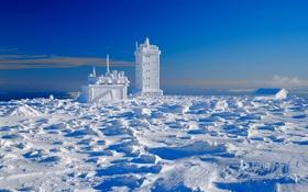 Обои зима, небо, облака, снег, дом, башня, гора