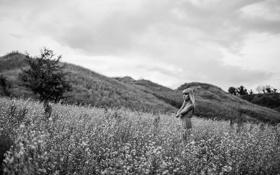 Картинка поле, девушка, пейзаж, холмы, ч/б, photographer, Martin Brest