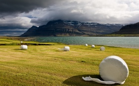 Обои поле, облака, скалы, сено, сергей доля, исландия