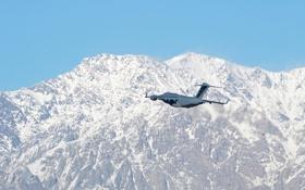 Обои полет, горы, самолёт, стратегический, военно-транспортный, C-17, Globemaster III