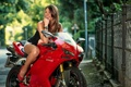 Картинка девушка, мотоцикл, улыбка