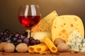 Картинка вино, красное, бокал, сыр, виноград, орехи, изюм