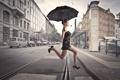 Картинка девушка, машины, город, прыжок, здания, рельсы, зонт
