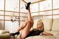 Картинка девушка, позирует, диван, взгляд, блондинка