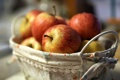 Картинка макро, корзина, яблоки