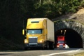 Картинка дорога, желтый, красный, грузовик, тунель, truck, тягач