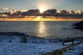 Картинка зима, море, солнце, закат, скамейка, тучи