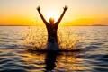 Картинка брызги, отражение, мужчина, солнце, море