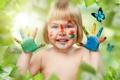 Картинка бабочки, улыбка, краски, руки, девочка, ладошки, мазки