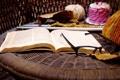 Картинка осень, листья, стол, очки, книга, нитки