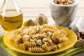Картинка макароны, тарелка, орешки, чеснок, салфетка
