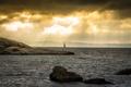 Картинка море, лучи, горы, тучи, камни, парусник