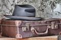 Картинка чемодан, фон, шляпа