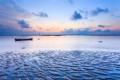 Картинка море, облака, закат, лодка, мель