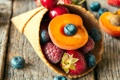 Картинка вишня, ягоды, малина, черника, клубника, мороженое, рожок