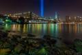 Картинка лучи, мост, пролив, камни, Нью-Йорк, Бруклинский мост, ночной город