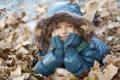 Картинка осень, голубая, мех, листья, подросток, улыбка, природа