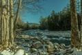 Картинка лес, небо, снег, деревья, горы, река, камни