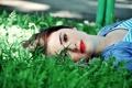 Картинка волосы, девушка, зеленая трава, макияж, взгляд, красные губы