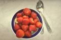 Картинка ягоды, клубника, тарелка, ложка, миска, вилка