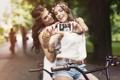 Картинка подруги, девушки, телефон, дружба, камера, улыбки, велосипед