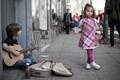 Картинка улица, гитара, ситуация, мальчик, девочка, музыкант