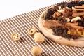 Картинка орехи, корица, гвоздика, пряности, изюм, кешью, грецкий