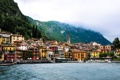 Картинка горы, дома, италия, шпиль, варенна, озеро комо