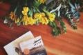 Картинка цветы, стол, книги, желтые, лепестки