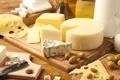 Картинка сыр, молоко, доска, оливки, миндаль, сорта, эмменталь