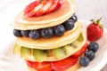 Картинка мята, черника, клубника, оладьи, фрукты, киви, ягоды