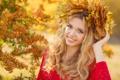 Картинка осень, взгляд, листья, девушка, улыбка, макияж, блондинка