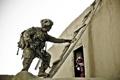 Картинка солдат, лестница, дом