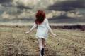 Картинка поле, девушка, облака, бег