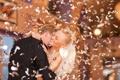 Картинка девушка, радость, смех, блондинка, парень, свадьба, конфетти