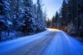 Картинка лес, поворот, деревья, дорога, зима, снег, солнце