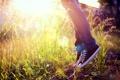 Картинка лето, трава, прыжок, кеды, джинсы